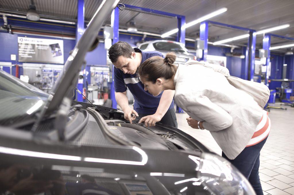 mecanicien-expliquant-au-client-une-opération-réalisée